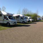ruime camperplaats voor vijf campers