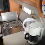 keuken met waterkoker en koffiezetter